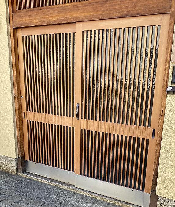 建具修理ー玄関木製格子戸塗り替え